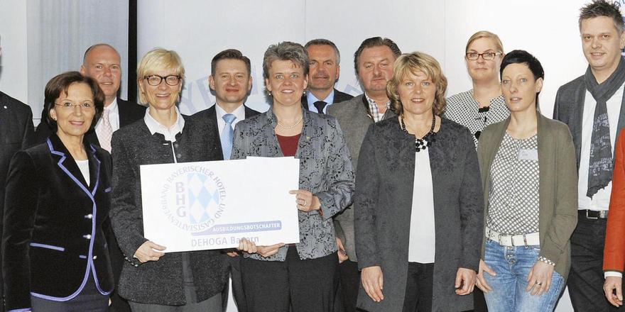 Engagiert: Bayerns Arbeitsministerin Emilia Müller (Zweite von links), Ulrich N. Brandl (links) und Angela Inselkammer (rechts), beide DEHOGA Bayern, begrüßen die neuen Ausbildungsbotschafter.