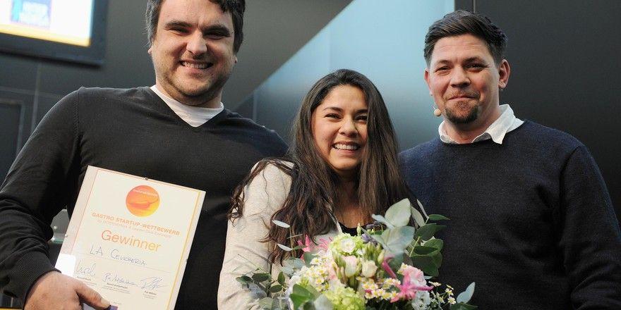 Freuen sich: (von links) Die Gewinner Daniel und Heidi Nawenstein mit Star-Koch Tim Mälzer
