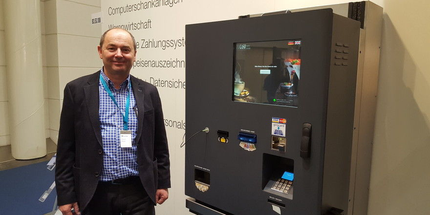 Neues Terminal für Kantinen: Oliver Majer, CEO von Paycaso präsentiert das neue Gerät am Stand der 42 GmbH