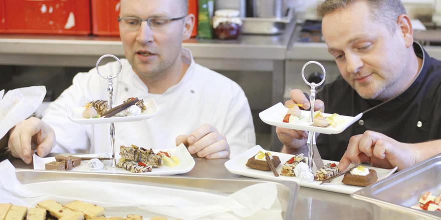 Sind jetzt auch Patissiers: Küchenchef Georg Walther (rechts) und Stellvertreter André Fink.
