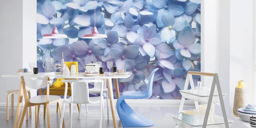 Blütenmeer an der Wand: So kann ein einziges Foto dem Raum eine bestimmte Atmosphäre verleihen.
