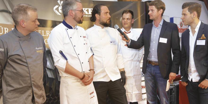 Die Leistungsträger des Events: Moderator Dennis Wiese interviewt (von links) die Köche Andreas Wernicke, André Klode-Purat, Birk Töpfer, Alexander Frühauf und Geschäftsführer Robert Recke.