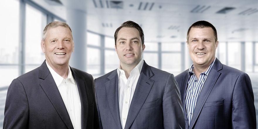 Besiegelten die Zusammenarbeit: (v. l.) Brian Bridgewood, Gründer und Vorstandsvorsitzender der Lido Group, Tobias Ragge, Geschäftsführer von HRS und Steve Mackenzie, Geschäftsführer der Lido Group