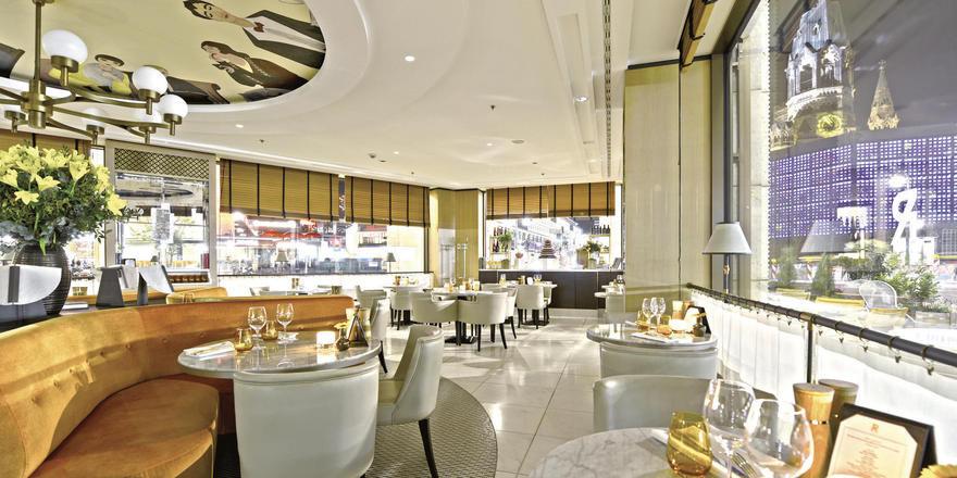 Schick: Im Gastraum dominieren helle Farben in Naturtönen und modernes Mobiliar. Ein Blickfang ist die Deckenbemalung.