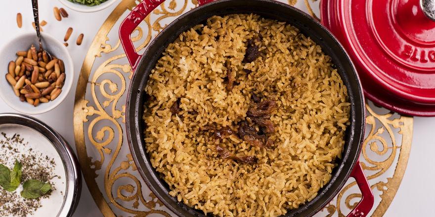 Ein typisches Gericht aus der arabischen Küche: Hühnchen Maqloba