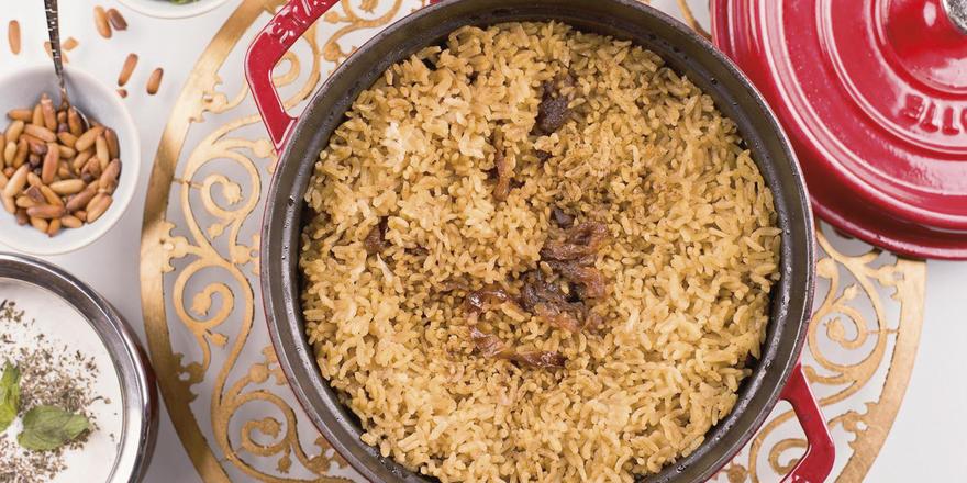 Ein typisches Gericht aus der arabischen Küche: Hühnchen Maqloba, serviert im Münchner Hotel Kempinski Vier Jahreszeiten.