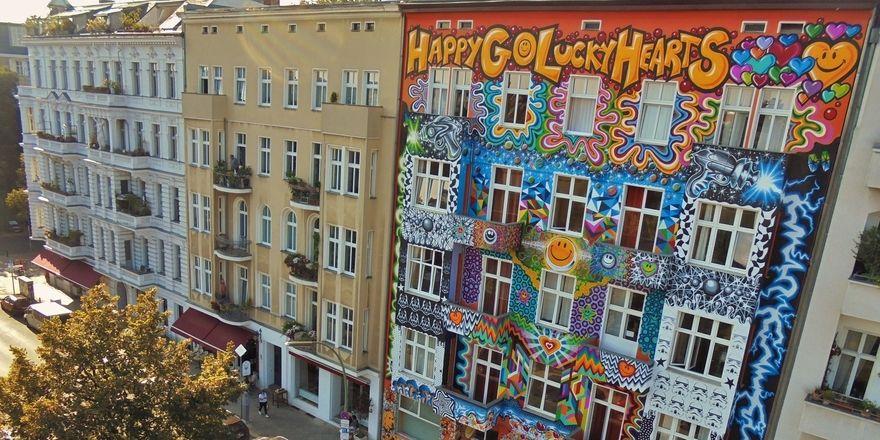 Umstritten: Der Schriftzug am oberen Stockwerk des Hotels Happy Go Lucky