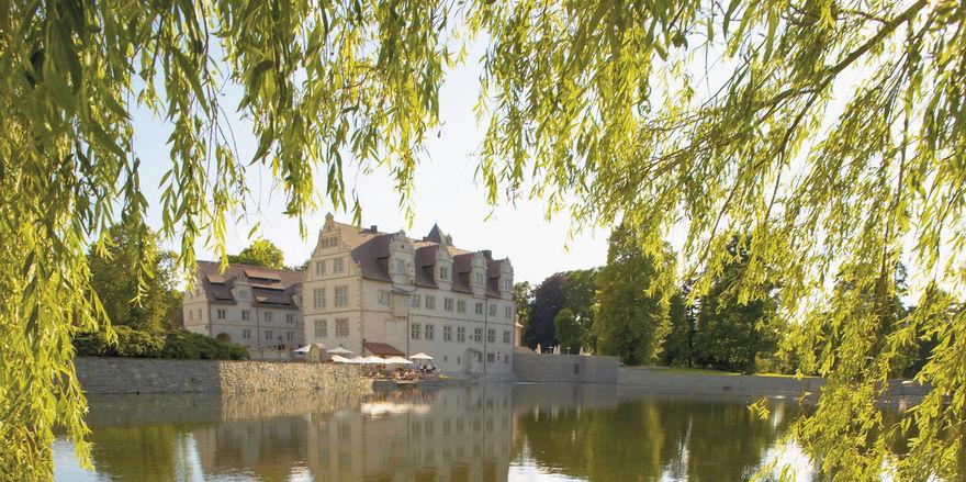 Idyllisch gelegen: Das Schlosshotel Münchhausen ist umgeben von einem Park mit See.