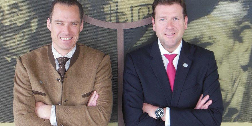 In Feierlaune: Inhaber Peter Inselkammer junior (links) und Hoteldirektor Heiko Buchta