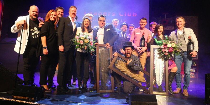 Auf der Bühne: Sieger und Gratulanten