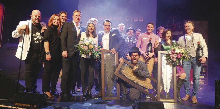 Die Sieger: Die Teams von La Cevi (Mitte), Kumpel&Keule (rechts daneben) und Hendl Fischerei (ganz rechts) mit Leaders-Club-Spitze und Moderator Uwe Christiansen (links).