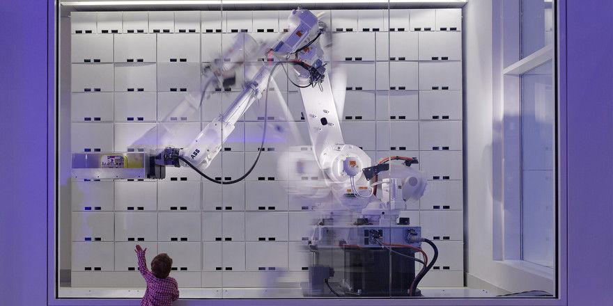 Yotel setzt auf moderne Technik: Der Yobot kümmert sich im Cityhotel in New York um das Gepäck der Gäste.