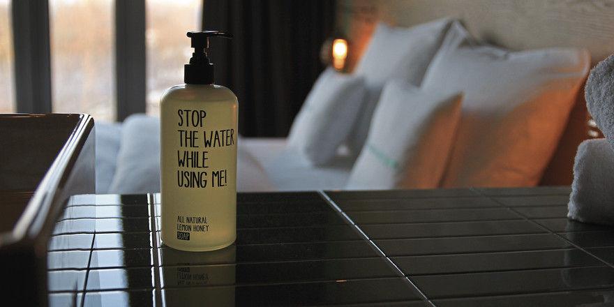 """Hip: Im 25hours Bikini Berlin warten auf die Gäste Produkte von """"Stop the water while using me"""""""