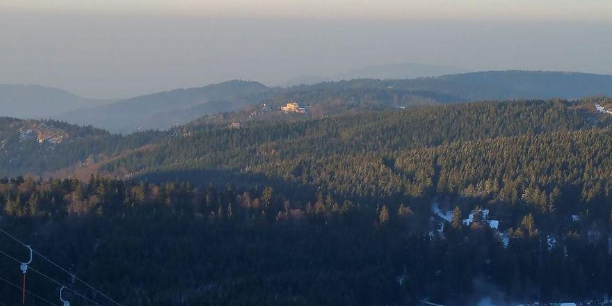 Beliebtes Ziel: Immer mehr Gäste kommen in die Region Schwarzwaldhochstraße, zum Skifahren oder Wandern.Im Hintergrund zusehen das geschlossene Hotel Bühlerhöhe.