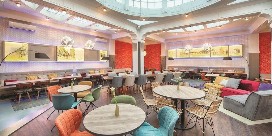 Stylish: Das Restaurant mit bunten Sitzmöbeln