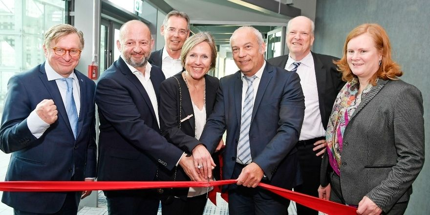 Einweihung der neuen Zimmer: Hoteldirektorin Dagmar Mühle (Mitte) mit Projektleiter Gerald Kellner und Geschäftsführern der Flughafen München GmbH
