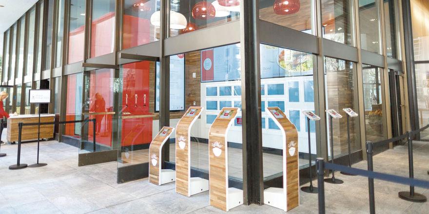 Tablet-Computer, Ausgabeboxen, einige Essplätze: Auf Servicemitarbeiter wird bei Eatsa verzichtet. Das Konzept funktioniert vollautomatisch.
