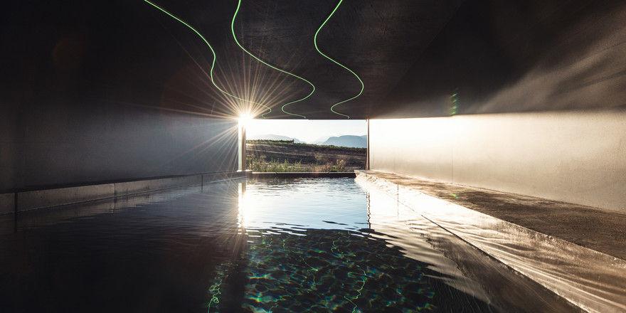 Puristisch: Der Indoor-Pool mit Blick auf die Weinberge