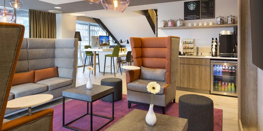 Knallige Farben: Die Bar-Ecke in der Open Lobby des Holiday Inn Amsterdam
