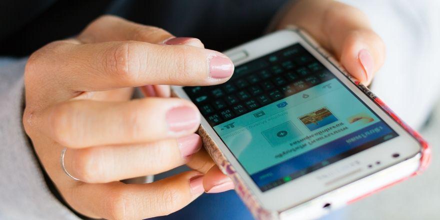 Grund für mangelnde Konzentration: Viele Meetingteilnehmer lassen sich durchs Smartphone ablenken