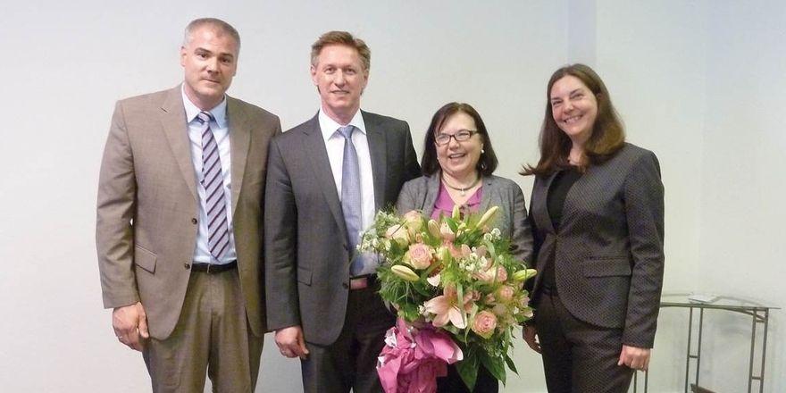 Neue Führung: Eva-Maria Rühle (Zweite von rechts) gibt ihr Amt an Hans Schneider (Zweiter von links) ab. Dem neuen Vorsitzenden zur Seite stehen Armin Schumann als Stellvertreter und DEHOGA-Geschäftsführerin Sandra Warden.