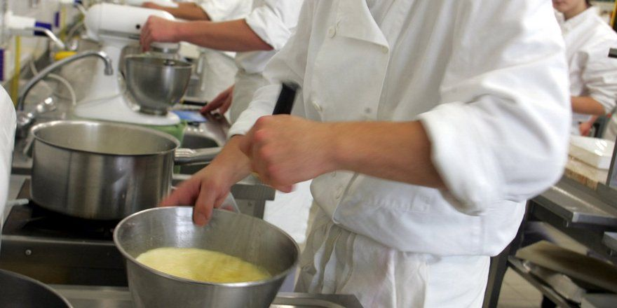 Lernen Koch-Azubis nicht mehr richtig kochen? - Allgemeine Hotel ... | {Koch beim kochen 98}