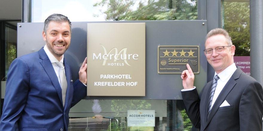 Direktorenwechsel: Bart Vaessen (links) folgt im Mercure Parkhotel Krefelder Hof auf Henning Michel