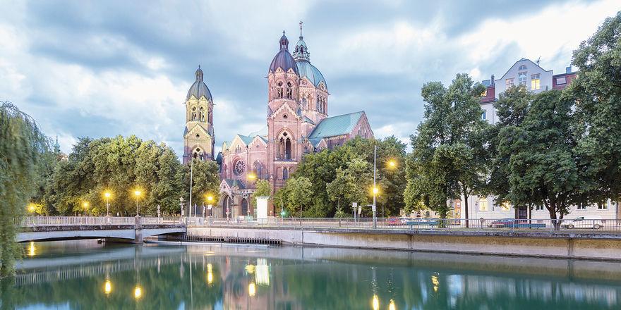 Blick über die Isar auf die Lukaskirche: In München erzielten die Hoteliers am Pfingstwochenende deutschlandweit die höchsten Raten.
