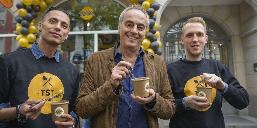 Lassen es sich schmecken: (von links) Chris Ledesma-Müller, Christian Rach und Kevin Schindler