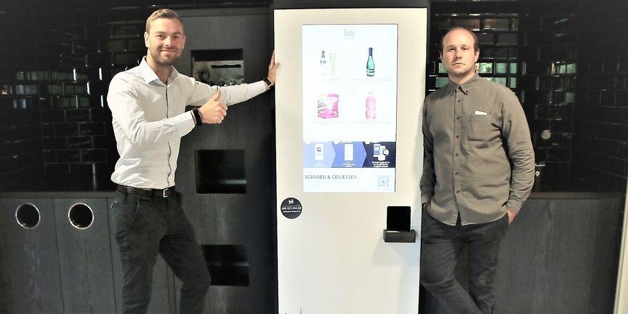 Neues Konzept fürs Hotel: Die Foodji-Gründer Felix Munte und Nicolas Luig vor ihrem Automaten