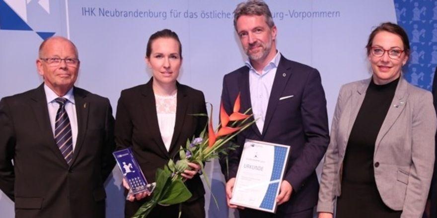 Preisvergabe: (von links) Peter Gebser (IHK), Personalleiterin Sabrina Peltzer (Steigenberger), Hoteldirektor Carsten Willenbockel (Steigenberger), Katrin Lüttke (IHK)