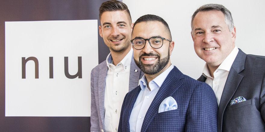 Neue Kraft für Niu: Novum-CEO David Etmenan (Mitte) und COO Mario Pick (rechts) haben Jan Schwarzer für den Vertrieb gewonnen