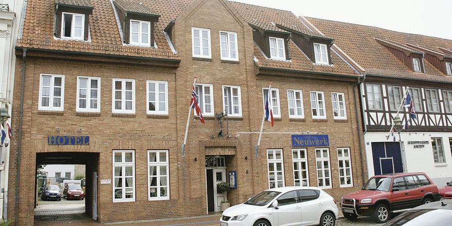 Historisch: Das Gebäude fügt sich ins Straßenbild ein.