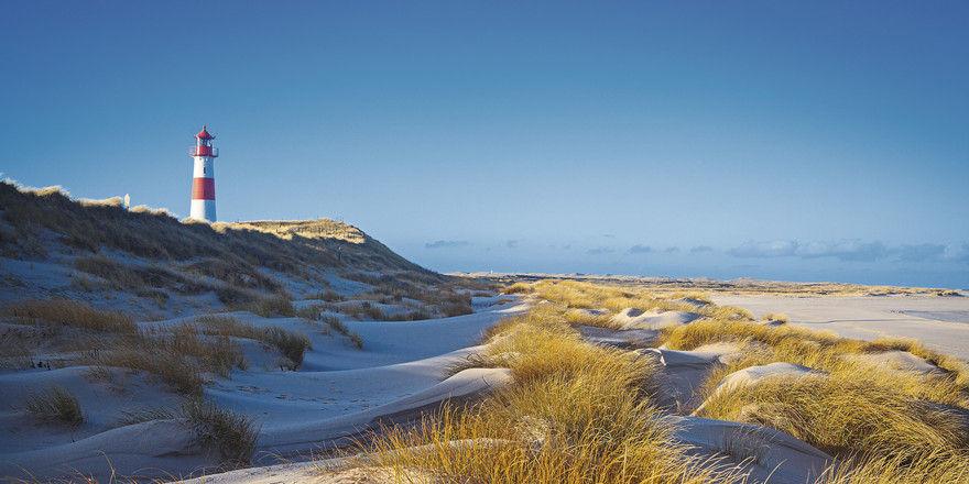 Die Insel Sylt: Dünen, Strand und Leuchtturm verbinden Urlauber mit Ferien am Meer.