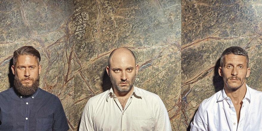 Würden auch als Musikband durchgehen: James Ardinast (links) und sein Bruder David (rechts) kennen Oscar Melzer seit Kindheitstagen. Gemeinsam entwickeln sie Konzepte wie das Maxie Eisen, in dem sich alles um Pastrami-Sandwiches dreht.