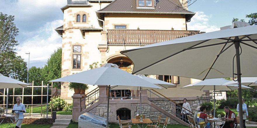 Stimmungsvoll: Der Weingarten vor dem Gut ist wichtig für die Wirtschaftlichkeit des Betriebs.
