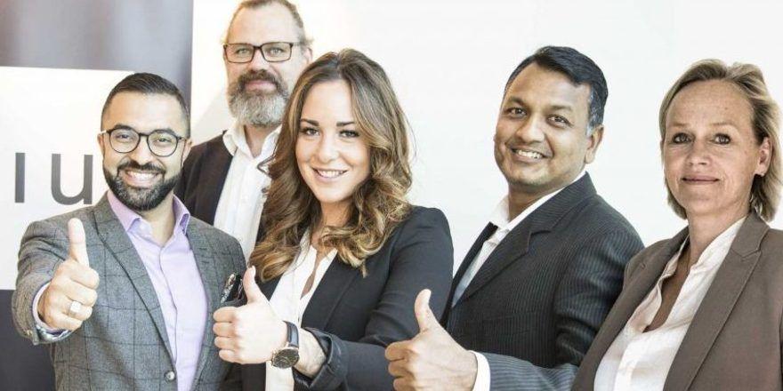 Novum-CEO David Etmenan freut sich über Norman Potschka, Federica De Conno, Benjamin Das, Isolt Eltester als neue Mitarbeiter (v.l.)