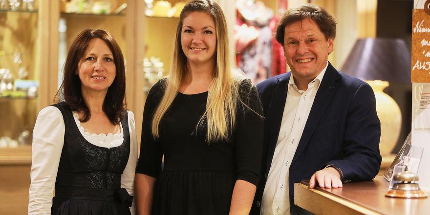 Hubert und Melanie Drayer vom Michels Wohlfühlhotel können stolz sein: Auszubildende Kira Gerhard (Mitte) hat Bestnoten abgeräumt
