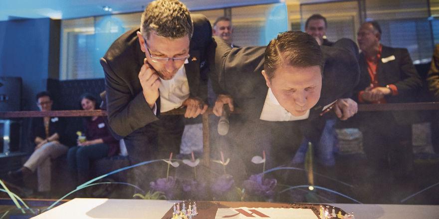 Legen sich mächtig ins Zeug: General Manager Peter Lorenz (links) und sein Vorgänger Peter Reischl löschen gemeinsam die Kerzen der Geburtstagstorte.