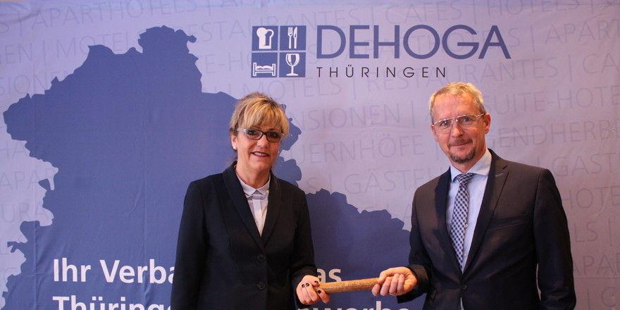 Die bisherige Präsidentin Gudrun Münnich übergibt die DEHOGA-Staffel an Mark A. Kühnelt.