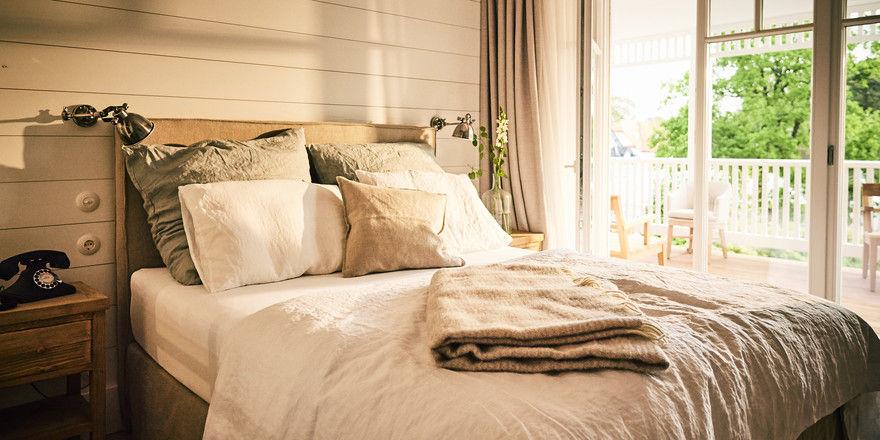 Rein in die Federn: Die Coco-Mat-Betten sind aus natürlichen Materialien wie Kokosfasern und Latex gefertigt. <EA>Das Bettzeug ist passend dazu mit <EA>Daunenfedern befüllt.</TypographyTag16>