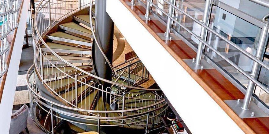 Seaside Park Hotel Leipzig: Spektakuläre Wendeltreppe im Foyer