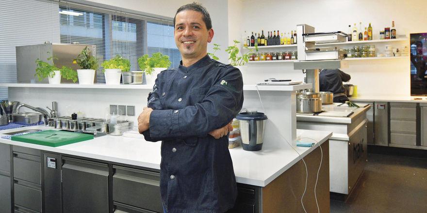 Stolz auf seine Küche: Spitzenkoch Matteo Ferrantino an seinem Arbeitsplatz im Restaurant Bianc