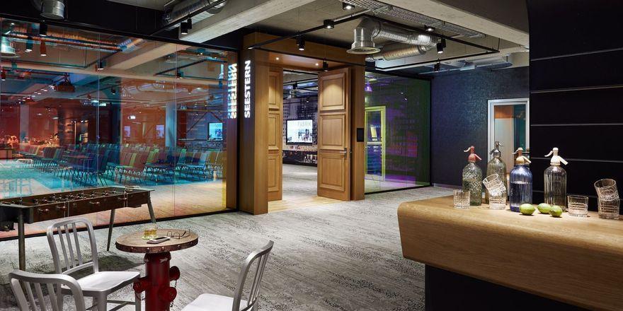 Tagungsaal Seestern: Das Eichenholzportal ist in eine Wand aus Farbeffektglas eingelassen