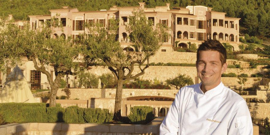 Platz an der Sonne: Felix Petrucco vor dem Park Hyatt Mallorca, das im Stil eines mallorquinischen Dorfes gestaltet ist.