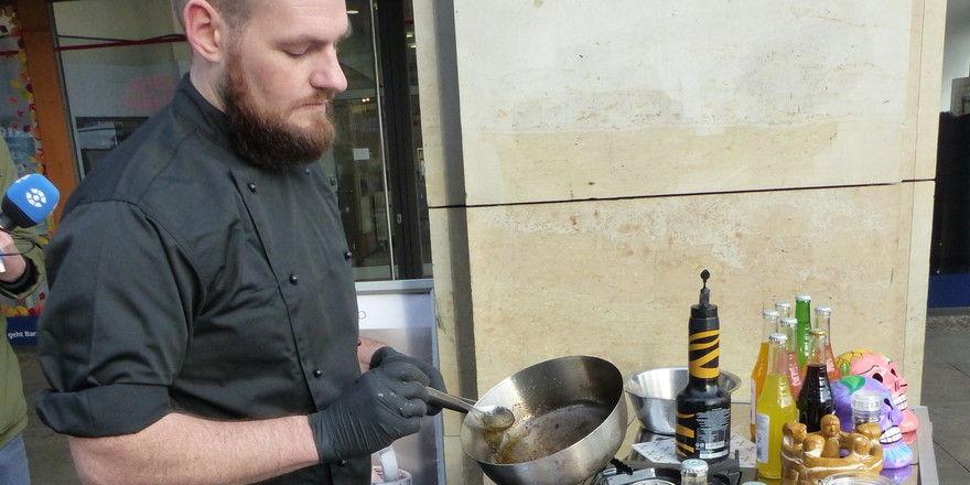 Espistas´ Street-Food-Koch Gregor Seifert bereitet Heuschrecken und Zophobas vor.