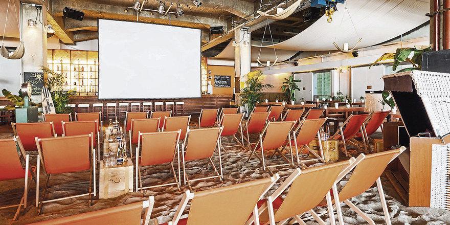Liegestühle statt simpler Stapelstühle: Tagungen finden hier regelmäßig und barfuß statt