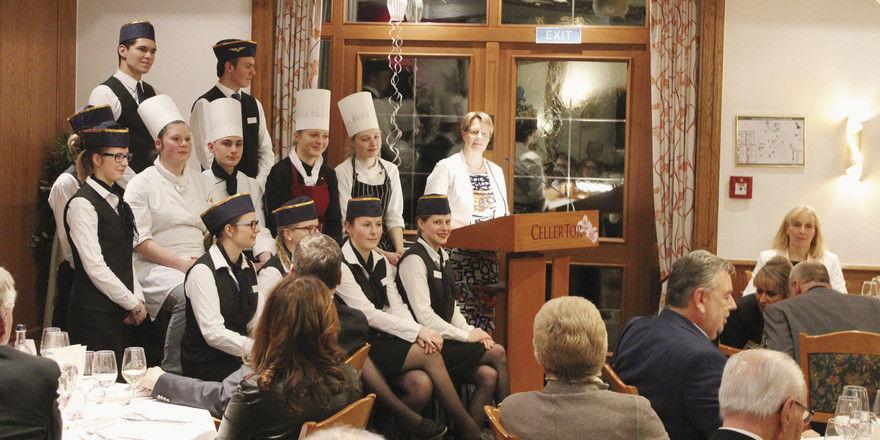 Eine Ansprache durfte nicht fehlen: Die Azubi-Crew mit ihrer Chefin Susanne Ostler.