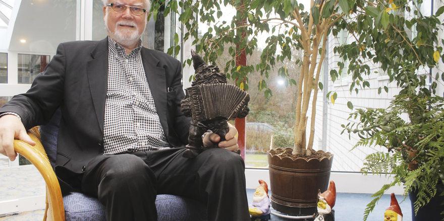 Zwergenfreund: Hoteldirektor Peter Wieczorek mit einem Exemplar seiner Figuren.