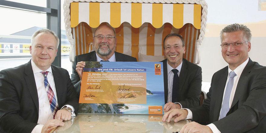 Mecklenburg-Vorpommern ist Partnerland der ITB 2018: (von links) David Ruetz (Messe Berlin), Harry Glawe (Wirtschaftsminister Meck-Pomm), Martin Buck (Messe Berlin) und Wolfgang Waldmüller (Tourismusverband Meck-Pomm) besiegeln im Strandkorb die Zusammena
